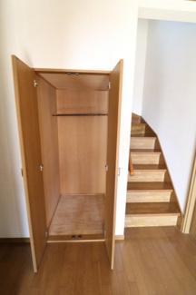 日用品などをストックしておくのに便利な収納。 玄関脇階段。リビングに冷気が入り込まず、2階にキッチン