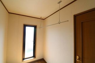 2Fホール。ホーススクリーンが備え付けてあるので雨や花粉時室内物干しもできて便利。