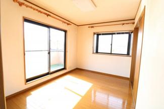 南向きの寝室。大きな窓が2つあるので風通しがよい。日差しが入るので外に布団が干せない時期でも窓際に干