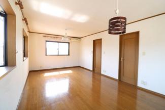 14帖の広い洋室。床とドアの色が統一されていて飽きないデザインになってます。