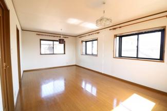 この洋室は窓が4つ付いてます。2つに区切っても2方向で窓が付くので日当たりや風通しが良さそうですね。