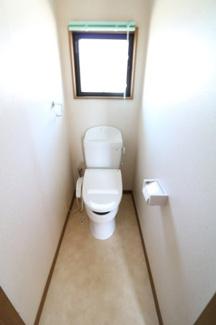 2Fトイレ。換気ができる窓がついています。便器上に棚があるのでトイレの備品も置けるので便利。もちろん