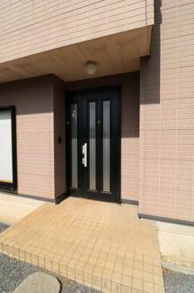 広いポーチとスリットが入った玄関ドアは南からの明るい光を玄関に取り込んでくれます。
