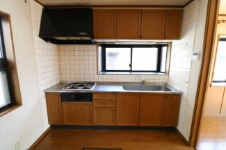 出窓が付いているので明るいキッチン。洗い物もしやすい広いシンク。