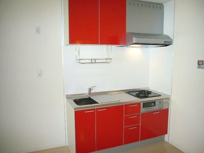 赤いキッチンが印象的♪