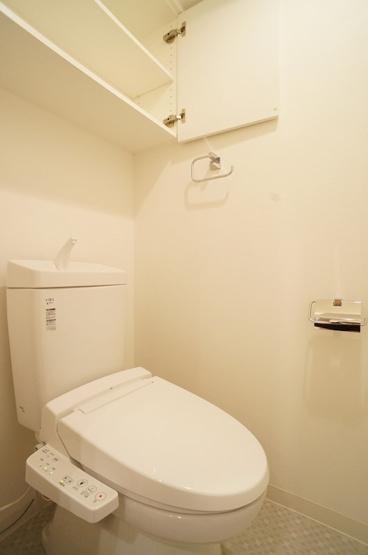※同一間取り参考写真。トイレ(温水洗浄便座)上部棚付き♪