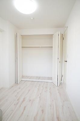【北東側 洋室4.9帖】 収納の多さも魅力です! 使い勝手の良い収納棚を設置しております。 居住スペースを充分に確保することができる為、 ゆとりある室内で、ゆっくりとご寛ぎいただけます。