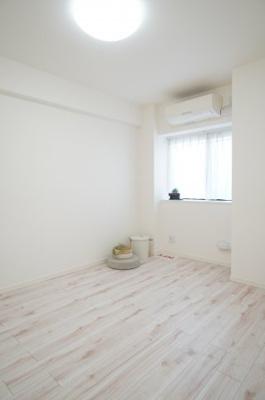 【北西側 洋室5.6帖】 白を基調とした室内は、 明るい住空間を造り出すだけでなく、 清潔感をもたらしてくれます。