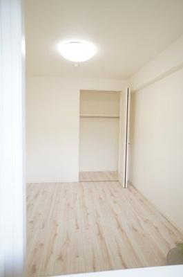 【北西側 洋室5.6帖】 コートやスーツだけでなく、収納棚を中にしまえば ニットやパンツも中にしまえて お部屋をすっきりとお使いいただけます! お部屋のコーディネートと幅が広がります♪
