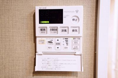 浴室暖房換気乾燥機能付きです。浴室内で洗濯物を乾かすことができます。