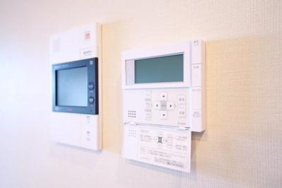 モニター付インターホンです。来訪者を画面上で確認できるので安心です。