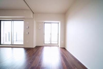 南側、約5.0帖の洋室です。扉を開け放ってリビングとして使用することもできます。
