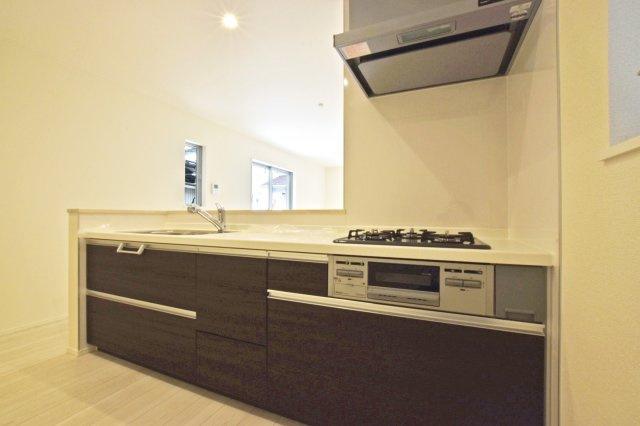 -同社施工例- お手入れの簡単なシャワー式の洗面化粧台です。