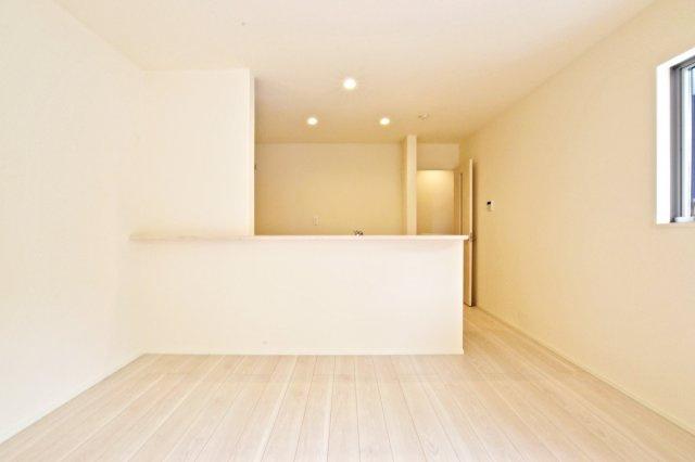-同社施工例- 洋室にあるウォークインクローゼットは豊富な収納量。 衣替えの服の置き場に困ることもありませんね。