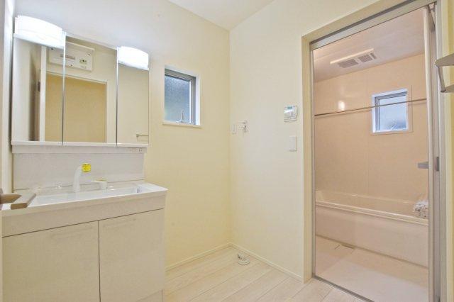 -同社施工例- 上部にまである玄関収納。 散らかりがちな玄関回りもスッキリです。