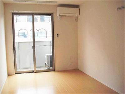 バルコニーに繋がる南向き洋室7.3帖のお部屋は陽当たり良好です!エアコン付きで1年中快適に過ごせますね☆