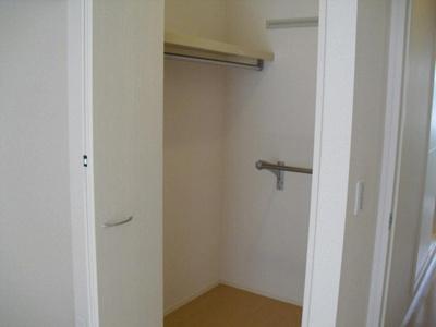 洋室7.3帖のお部屋にあるウォークインクローゼットです♪たっぷり収納できてお洋服や荷物が多くてもお部屋すっきり☆