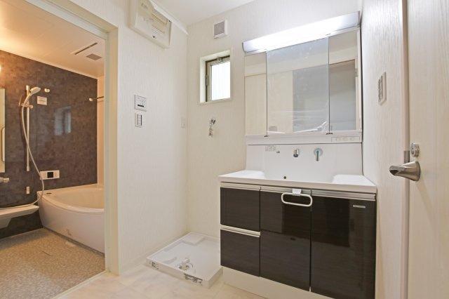 小窓を設けた洗面室。清潔感を感じる水回りです。
