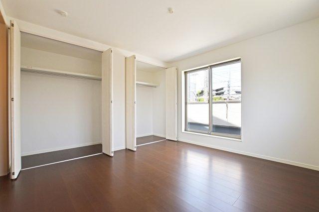 主寝室収納はほぼ壁一面にハンガーレールも付いてきます。