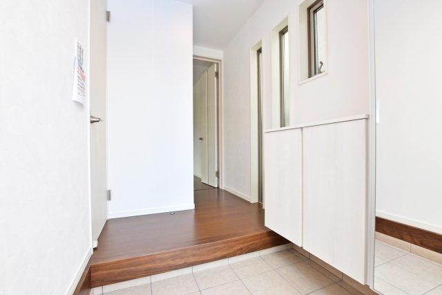 玄関は広々とした土間に姿鏡付の天井高収納で充実した仕様です。採光窓もあるので開放感に富んでいます。