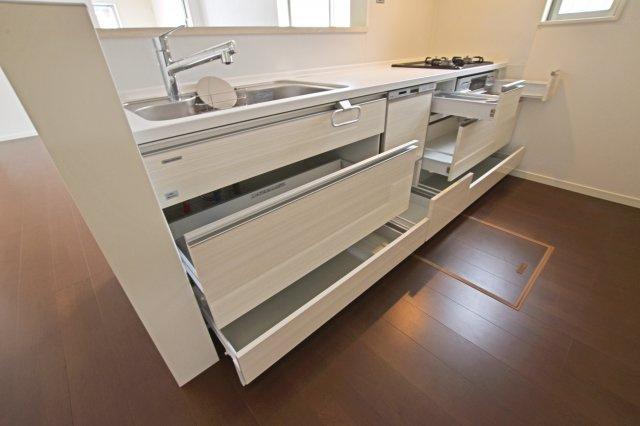 調理台下いっぱいに収納を設けたシステムキッチンです。