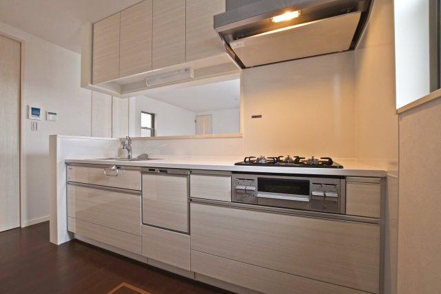 TakaraStandardの食洗器付きホーローキッチン。コンロ壁面は汚れ知らずの清潔環境が整いました。