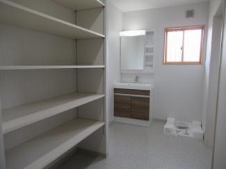 洗面脱衣室(洗面化粧台・可動棚・洗濯機パン)