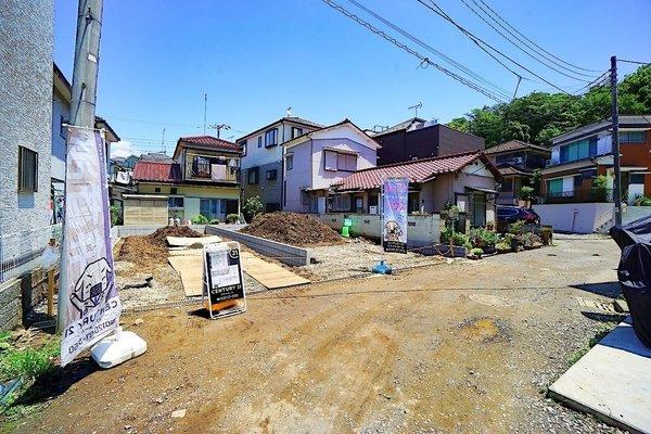 現在古家を解体中!車通りも少ない為、小さなお子様にも安心です。 前面道路は交通量も少なく駐車も落ち着いて出来ます。
