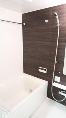 浴室換気乾燥機付きで快適です。バスルームを湿気から守りカビ防止♪明るい木目調のバスルームは安らぎと落ち着きを与えてくれます♪日々の癒しにはぴったりです♪