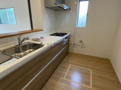 広々としたLDKに機能的な対面キッチンを採用。