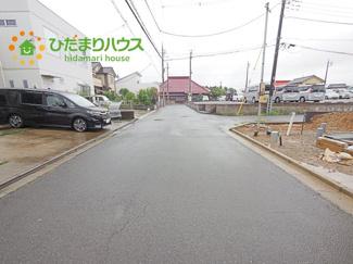 前面道路が広いので、駐車らくらくです♪ 近隣はドラッグストアやスーパーまでが徒歩圏内で、生活便利な立地です♪