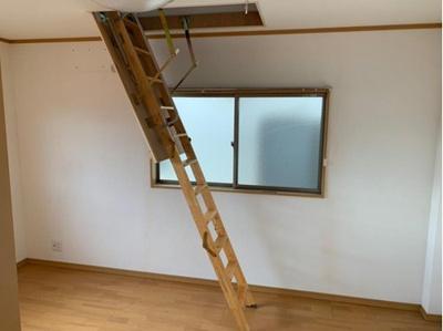 屋根裏収納へ上がる階段梯子です。折り畳んで収納ができます。
