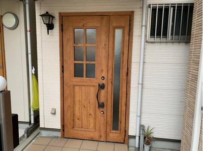 きれいな玄関扉です。ゆったり目にスペースがあります。