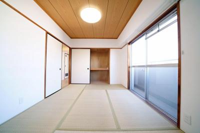 リビング横の和室です。バルコニーに出ることができます。