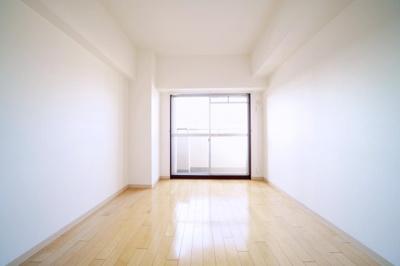 北西側の洋室です。バルコニーに出ることができます。