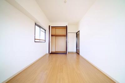 北東側の洋室です。収納付、2面採光の明るいお部屋です。