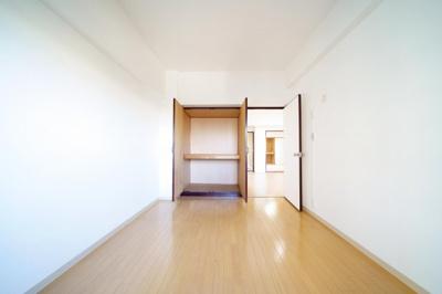 南側の洋室です。収納付です。