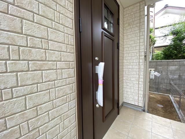 玄関です。建物の向きは南向き(南道路)でとても明るいLDKと居室になっています。