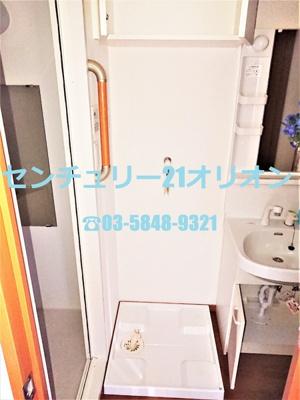 室内洗濯機置場です、上段には収納スペース