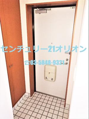 一人暮らしなら十分な広さを備えた玄関