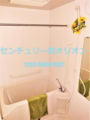 手すりの付いた安心設計のバスルーム
