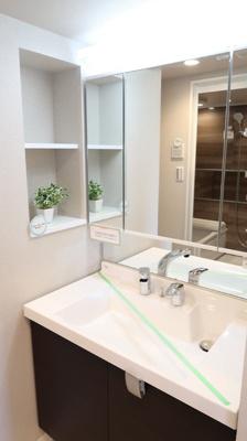 空間に隙間なくぴったりと収納された洗面化粧です♪お掃除がしやすい作りとなっています。三面鏡からこぼれる蛍光色が自然な肌色を演出します。収納も充実しています
