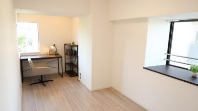 8.2帖の洋室には、書斎に丁度良いDENスペースがあります♪