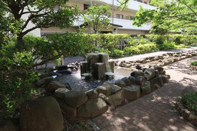 中庭には、緑豊かなスペースが広がります。噴水や小川で癒されてください♪