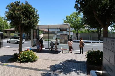 建物正面には、徒歩1分のバス停があります♪川崎行きの平日7時台はなんと18本!!
