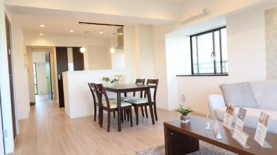 開放的な空間が広がるLDK。室内には豊かな陽光が注ぎ込み、爽やかな住空間を演出。ホームパーティでもゲストと一緒に調理を楽しみながら時間を過ごせそう♪