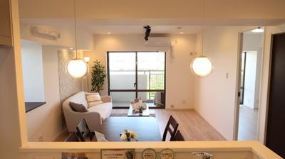 キッチンからの眺め♪2面採光ならではの開放感と明るさ♪自然とご家族との会話も弾みます♪家具付きです♪