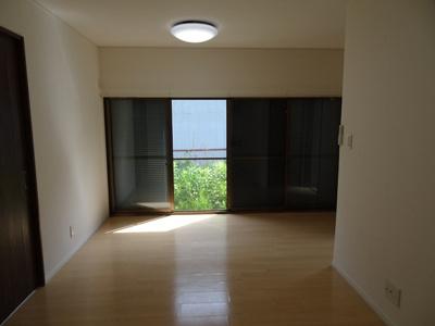開放的な空間が広がるLDK。室内には豊かな陽光が注ぎ込み、爽やかな住空間を演出。ホームパーティでもゲストと一緒に調理を楽しみながら時間を過ごせそう