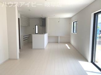 瑞穂市本田 新築建売全1棟 お車並列3台可能!広いお庭スペースもあります。2階にも洗面台があります。