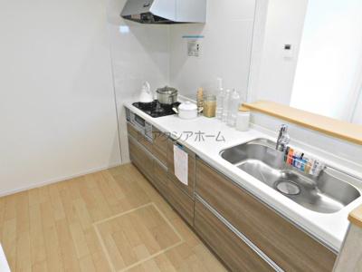 食洗機付、広い作業スペースが確保されたシステムキッチン